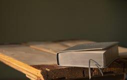 Un libro di preghiera di cuoio con le pagine d'argento fotografia stock