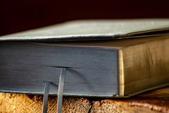 Un libro di preghiera di cuoio con le pagine d'argento immagini stock libere da diritti