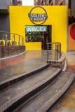 Un lieu de rendez-vous coloré et étapes au centre de la ville image stock