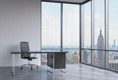 Un lieu de travail dans un bureau panoramique faisant le coin moderne à New York, Manhattan Une chaise en cuir noire et une table illustration libre de droits
