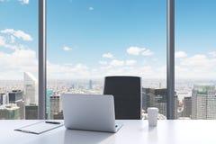 Un lieu de travail dans un bureau panoramique moderne avec la vue de New York City Photos libres de droits