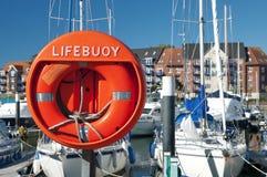 Un Lifebouy dans une marina Photo libre de droits