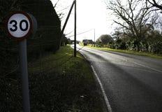 Un limite di velocità di 30 miglia in villaggio inglese sulla strada campestre Fotografie Stock Libere da Diritti