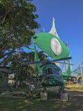 Un limpiador no identificado camina por una mofa encima del helicóptero construido por los miembros del partido políticos locales Fotografía de archivo