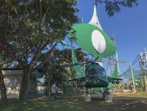 Un limpiador no identificado camina por una mofa encima del helicóptero construido por los miembros del partido políticos locales Foto de archivo libre de regalías