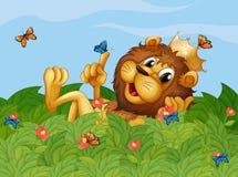 Un lion dans le jardin avec des papillons Images stock