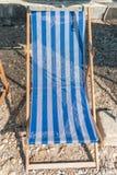 Un lit pliant bleu sur une plage photo stock