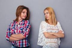Un litigio di due ragazze Immagini Stock Libere da Diritti