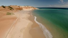 Un litorale ed il mare con i cieli video d archivio