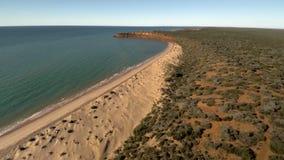 Un litorale ed il mare con i cieli stock footage