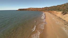Un litorale ed il mare con i cieli archivi video