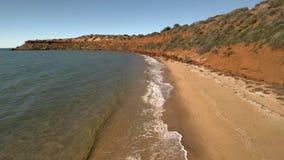 Un litorale ed il mare con i cieli e la spiaggia stock footage