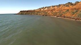 Un litorale ed il mare con i cieli e la spiaggia video d archivio