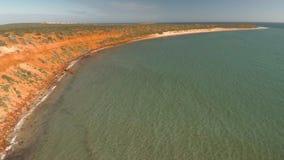 Un litorale ed il mare con i cieli e le scogliere archivi video