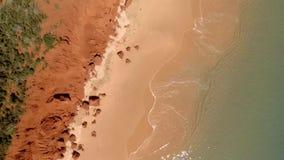 Un litorale ed il mare con la scogliera video d archivio