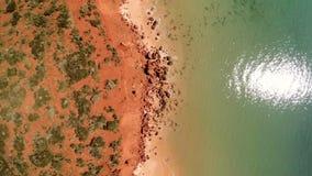Un litorale ed il mare con la scogliera stock footage