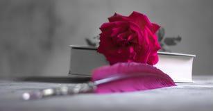 Un livre de la poésie avec une rose Images libres de droits