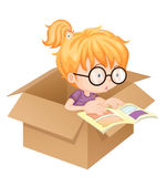 Un livre de lecture de fille dans une boîte Photographie stock