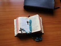 Un livre de prière utilisé par bien, pour fournir le calme et le bonheur photos libres de droits