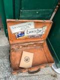 Un livre est parti dans Lucky Dip en dehors de Shakespeare et de Co, Paris, France Images stock
