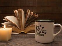 Un livre et une tasse de café fort sur une table en bois Photos stock
