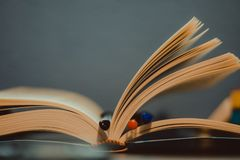 Un livre ouvert photos libres de droits