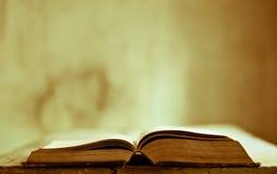 un livre ouvert au-dessus d'une vieille table image stock