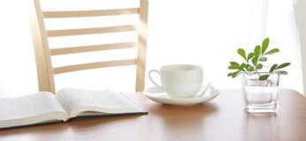Un livre ouvert avec la décoration et le café de lame Photographie stock
