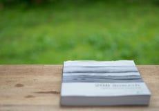 Un livre sur en bois photo libre de droits