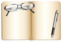 Un livre vide avec un monocle et un ballpen Photo libre de droits