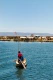 Un local en el lago Titicaca fotografía de archivo