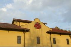 Un logo di quattro rose sulla costruzione della distilleria fotografia stock libera da diritti