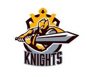 Un logo variopinto, un autoadesivo, un emblema, un cavaliere sta attaccando con una spada Armatura del cavaliere, paladino, spada Immagine Stock