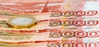 Un lotto di cinque mila rubli di banconote con un euro Fotografia Stock Libera da Diritti