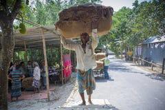 Un lotto di trasporto del lavoratore del tabacco dei tabacchi fuori di Dacca, Vatara, manikganj, Bangladesh Immagine Stock Libera da Diritti