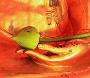 Un lotus sur les mains de la statue de Bouddha au temple dedans Photographie stock