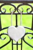 Un lucchetto sotto forma di un cuore immagini stock libere da diritti