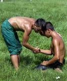 Un luchador de los jóvenes consuela a su opositor después de la victoria en el festival de lucha del aceite turco de Kirkpinar en Fotos de archivo libres de regalías
