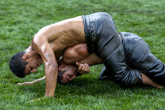 Un luchador domina a su opositor durante la competencia en el festival de lucha del aceite turco de Kemer en Turquía Fotos de archivo libres de regalías