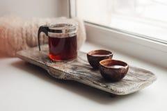 Un lugar acogedor a leer en el alféizar - té asiático, una bufanda caliente, un libro, una atmósfera de la intimidad, inspiración Imagen de archivo