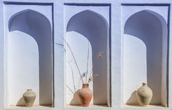 Un lugar arqueado en una pared blanca con los floreros viejos de la arcilla Pl envejecido viejo Imagenes de archivo
