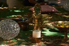 Un lugar para la meditación con una vela, bola de cristal, cuenco del metal Foto de archivo