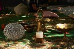 Un lugar para la meditación con una vela, bola de cristal, cuenco del metal Imágenes de archivo libres de regalías