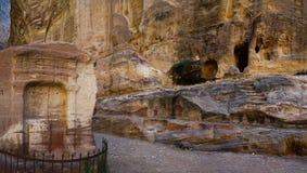 Un lugar para los sacrificios en barranco como Siq imagen de archivo