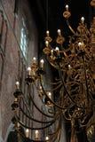 Un lustre d'or à l'intérieur d'une église Photos stock