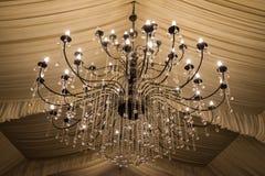 Un lustre d'offre dans un hall de mariages Images stock