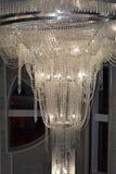 Un lustre en cristal énorme Photos stock