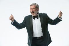 Un más viejo hombre de negocios en un traje con una corbata de lazo, sobre blanco Imágenes de archivo libres de regalías