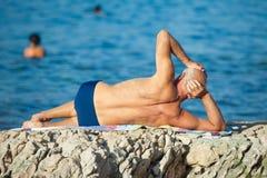 Un más viejo hombre en la playa Imagenes de archivo