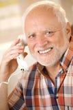Un más viejo hombre en llamada de teléfono de la línea horizonte imagen de archivo libre de regalías